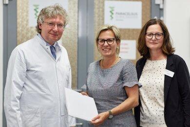 Uwe Butzke, ärztlicher Leiter, zusammen mit Sozial- und Gesundheitsministerin Barbara Klepsch und Klinikmanagerin Uta Ranke (v. l. n. r.).