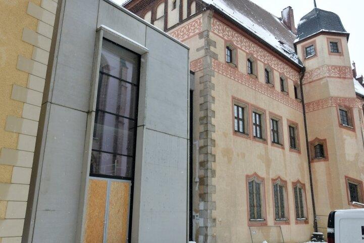 Der neue Zwischenbau am Stadt- und Bergbaumuseum für rund 3,8 Millionen Euro ist weitgehend fertig. Im Inneren des Gebäudes laufen Vorbereitungen, um die Bodenbeschichtung aufzutragen und die Feininstallation der Haustechnik in Angriff zu nehmen.