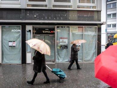 In immer mehr deutschen Fußgängerzonen hinterlassen die Corona-Pandemie, aber auch der Siegeszug des Onlinehandels, mittlerweile unübersehbare Spuren. Eine befürchtete Pleitewelle blieb allerdings bislang aus.