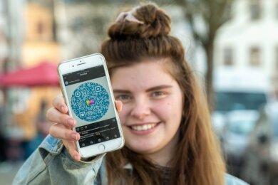 Lisa Michalski vom Moro-Team zeitgt einen QR-Code für den Kreativwettbewerb an dem Kinder und Jugendliche teilnehmen können.