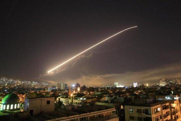 Am Himmel über Damaskus ist nach einem Luftangriff ein Leuchtstreifen zu sehen.