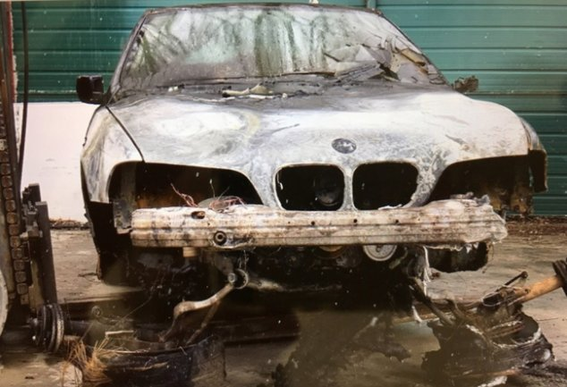 Der Besitzer des in der Nacht zu Donnerstag auf einem Reichenbacher Parkplatz in Flammen aufgegangenen Autos geht von einem gezielt gelegten Brand aus - und damit von einem Angriff auf seine Familie.