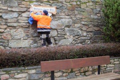 Reinhard Semrau vom städtischen Bauhof enthüllte das Schild mit der Aufschrift Wolfgang-Haupt-Platz.
