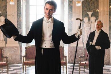 """Jannis Niewöhner (links) als Felix Krull und Joachim Król als Kuckuck im Film """"Bekenntnisse des Hochstaplers Felix Krull"""" tragen Handschuhe aus der Manufaktur in Schneeberg."""