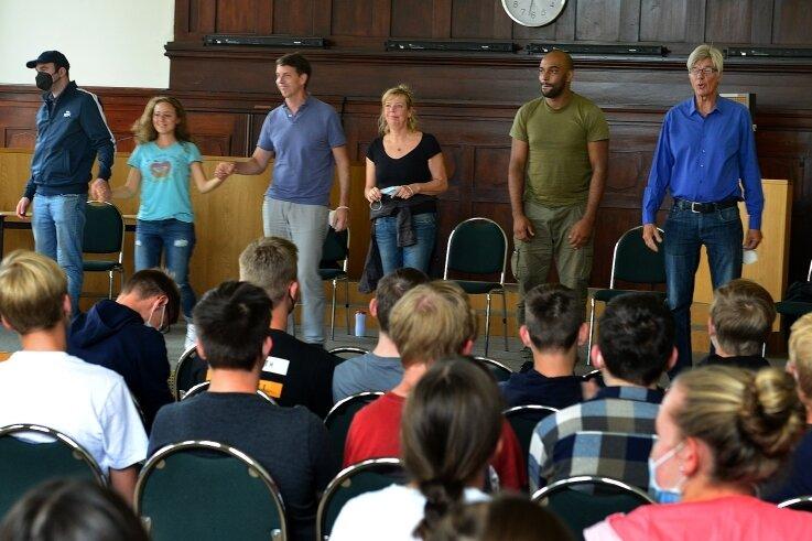 """Die Schüler in der Aula des Gymnasiums Mittweida wurden mit """"Berichten über Gewalt"""" konfrontiert. Dass auf der Bühne nicht Opfer und Täter, sondern Schauspieler stehen, wurde erst am Ende aufgelöst."""