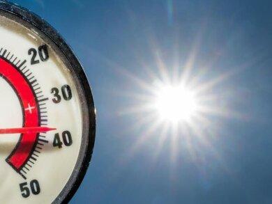 Im Gegenlicht der Nachmittagssonne zeigt ein Thermometer 37 Grad Celsius an.