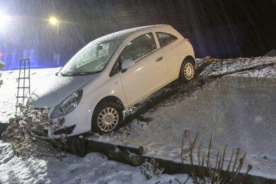Der Opel rutsche einen kleinen Hang hinab und blieb dort stecken.