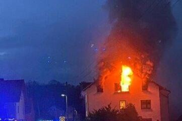 Die Einsatzkräfte der Feuerwehr kämpften bis weit nach Mitternacht gegen den Brand in Thierbach an.
