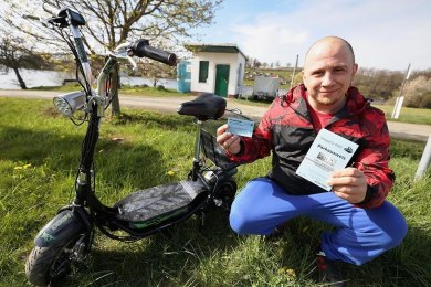 An der Zufahrt zum FKK-Strand verkauft Christian Fuchs Park-Tickets an die Besucher. Der Thüringer ist seit dieser Saison der neue Pächter.
