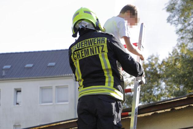 Mithilfe einer Leiter holte die Feuerwehr einen Jungen von einem Supermarktdach auf dem Sonnenberg.