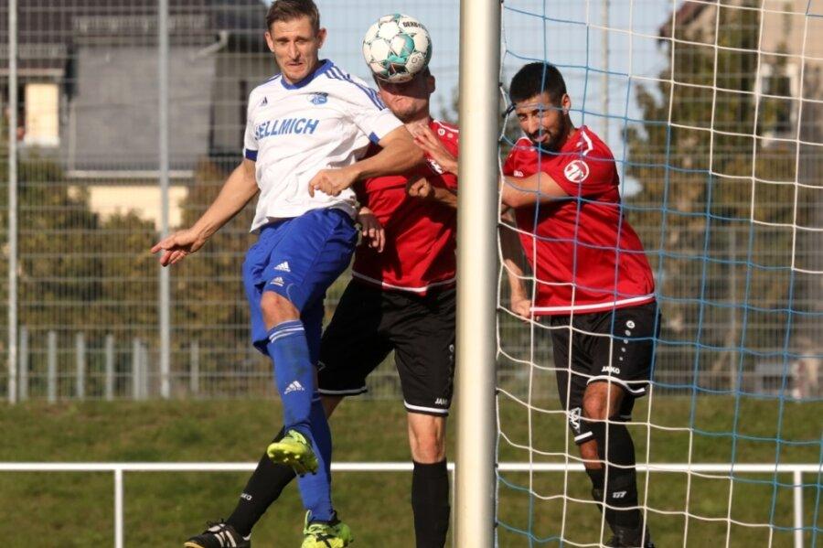 Die Vorentscheidung: Michael Schwenke (links) köpft zum 2:0 für Glauchau ein.