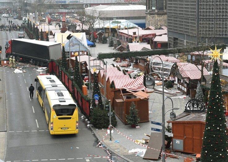 Der Lkw hat eine Spur der Verwüstung auf dem Berliner Weihnachtsmarkt gezogen.