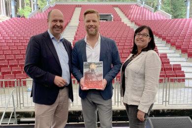 v.l.n.r.:GMD Florian Merz,Tom Gaebel,Verwaltungsdirektorin Heike Schlack