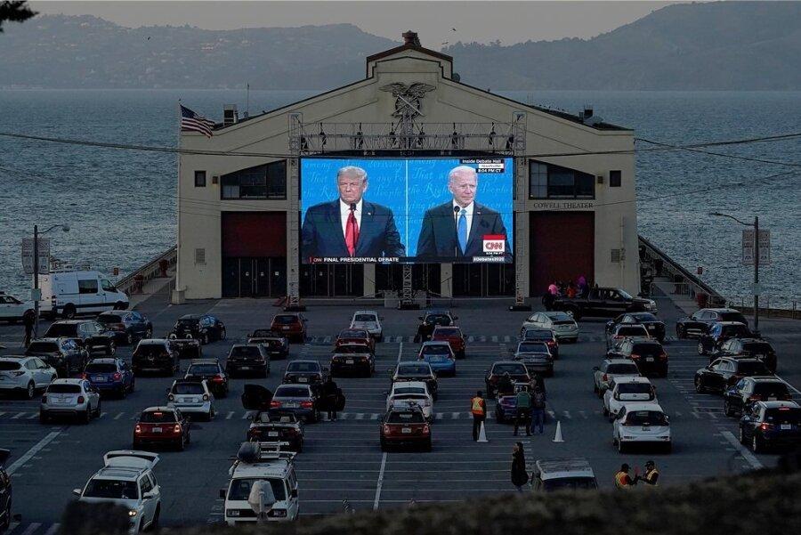Im Fort-Mason-Center in San Francisco verfolgen Menschen von ihren Autos aus das letzte TV-Duell von Donald Trump und Joe Biden.