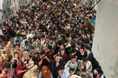 Das war die Ausnahme: Mehr als 800 Passagiere auf einmal verließen am 15. August Kabul in einer Boeing C 17 der US Airforce.