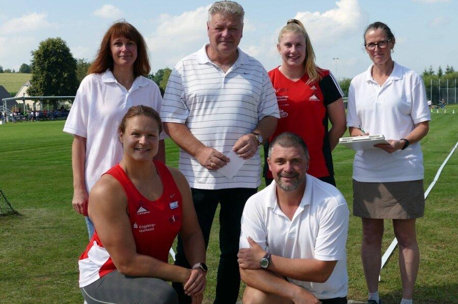 Christina Schwanitz, Katharina Maisch und Bundestrainer Sven Lang Zeit nahmen sich Zeit für ein Erinnerungsfoto mit dem Wettkampfgericht, zu dem Bianca Maneck, Jana Richter und Sören Beck gehörten.