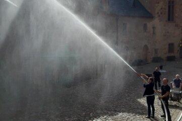 Auch den Umgang mit einem sogenannten C-Strahlrohr haben Mitarbeiter auf Burg Kriebstein geübt.