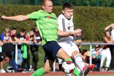 Der Schwarzenberger Franz Klinghammer (rechts), hier im Zweikampf mit André Eberlein vom SV Mittweidatal Raschau-Markersbach, markierte in der 88. Minute das Tor zum 1:1-Ausgleich.
