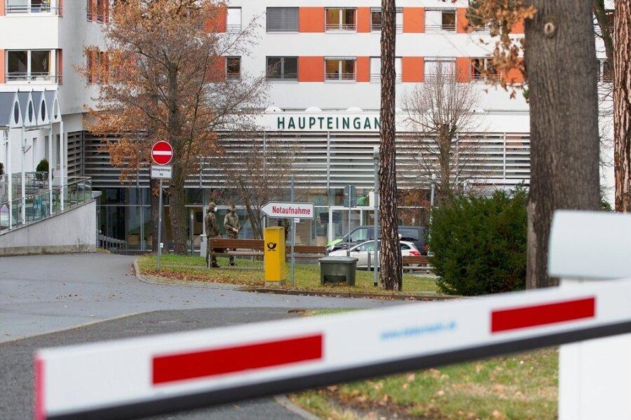 Ab Mittwoch weniger verschlossen, aber dennoch reguliert: Das Helios Vogtland Klinikum in Plauen.
