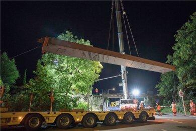 Der Stahlkörper, auf dem die Bahngleise einst lagen, wurde Freitagnacht abtransportiert. Am Morgen die B 173 wieder frei.