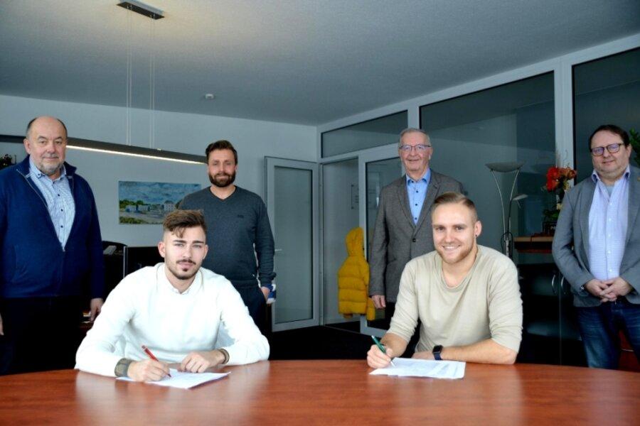 James-Kevin Nahr (vorn links) und Philipp Dartsch (rechts) haben im Beisein von (hinten von links) Aufsichtsratsmitglied Gunter Reiher, Präsident Thomas Fritzlar, Aufsichtsratschef Wolfgang Stark und Sportvorstand Frank Günther beim VFC Plauen neue Verträge unterzeichnet.
