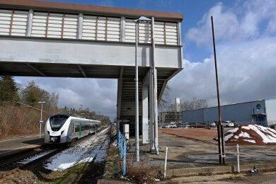 Vom Bahnhof in Oberlichtenau ist nur noch ein Dreckhaufen übrig. Der Abriss des Schandflecks war längst überfällig. Nach den Plänen der Gemeinde könnte auf dem Gelände oder in unmittelbarer Nähe ein Skaterpark gebaut werden.