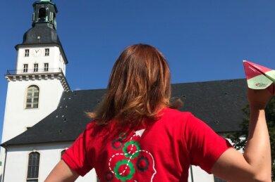 Der Tag der Sachsen 2022 ist im Anflug auf Frankenberg. Für das Logo stand die Schlangenbrücke Modell und schlängelt sich nun durch dieses. Das Bauwerk verbindet den für die Landesgartenschau geschaffenen Naturerlebnisraum Zschopauaue mit der Altstadt und steht zugleich für den Pioniergeist der Stadt.