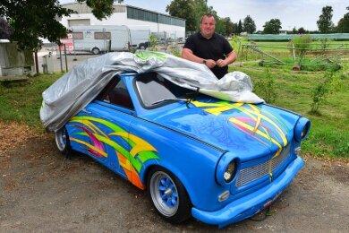 Thomas Rodewohl enthüllt sein neuestes Projekt: Es ist wieder ein getunter Trabant, der nun auch in Altmittweida gezeigt wird.