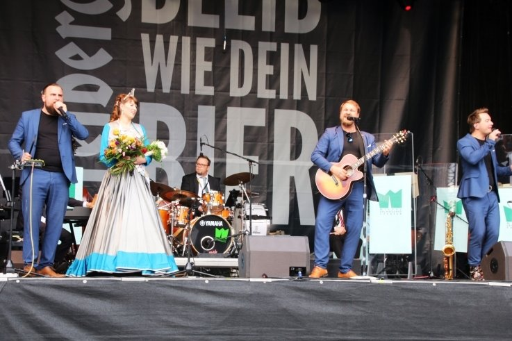 Musikalisch: Die Notendealer brachten Silberstadtkönigin Julia I. aus Anlass ihrer zweiten Amtszeit, Sonntagabend ein Ständchen.