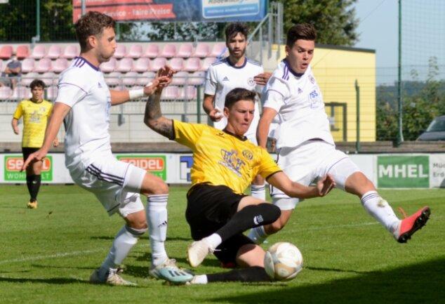 Paul Horschig (Mitte) hatte in dieser Szene die Führung für den VfB auf dem Fuß, doch wird er im letzten Moment von den Berlinern Nicolai Matt (links) und Aleksandar Bilbija gestoppt.