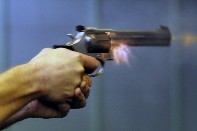 So sieht es aus, wenn ein Sportschütze mit einem Revolver Kaliber 357 von Smith & Wesson feuert. Doch momentan sind Training und Wettkämpfe durch Corona massiv beeinträchtigt.