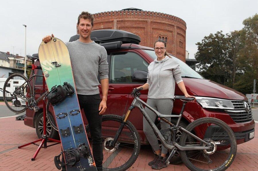 Auf Durchreise in der Geburtsstadt Zwickau: Jens Pippig und seine Freundin Stephanie Schneider mit ihrem VW California Campingbus, Bikes und Splitboard auf dem Parkplatz vor dem Alten Gasometer.