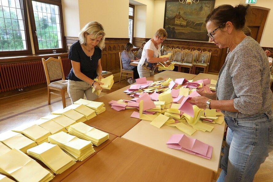 Wahlhelfer im Hohenstein-Ernstthaler Rathaus bei der Arbeit.
