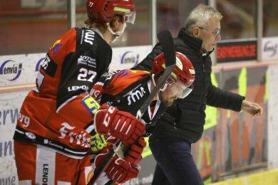 André Schietzold (Mitte) verletzte sich im Heimspiel gegen die Heilbronner Falken. Verteidiger Kelly Summers und Mannschaftsarzt Dr. Matthias Modes begleiten ihn in die Kabine.