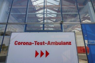 Das Corona-Testzentrum der Kassenärztlichen Vereinigung Sachsen befindet sich in einem ehemaligen Baumarkt an der Hermann-Pöge-Straße in Bernsdorf.