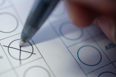 Ein eigener Kugelschreiber für die Wahlkabine oder gleich Briefwahl: In drei Vogtlandkommunen finden am 20. September Bürgermeisterwahlen statt. Wegen des Pandemieschutzes ist der Aufwand beträchtlich.