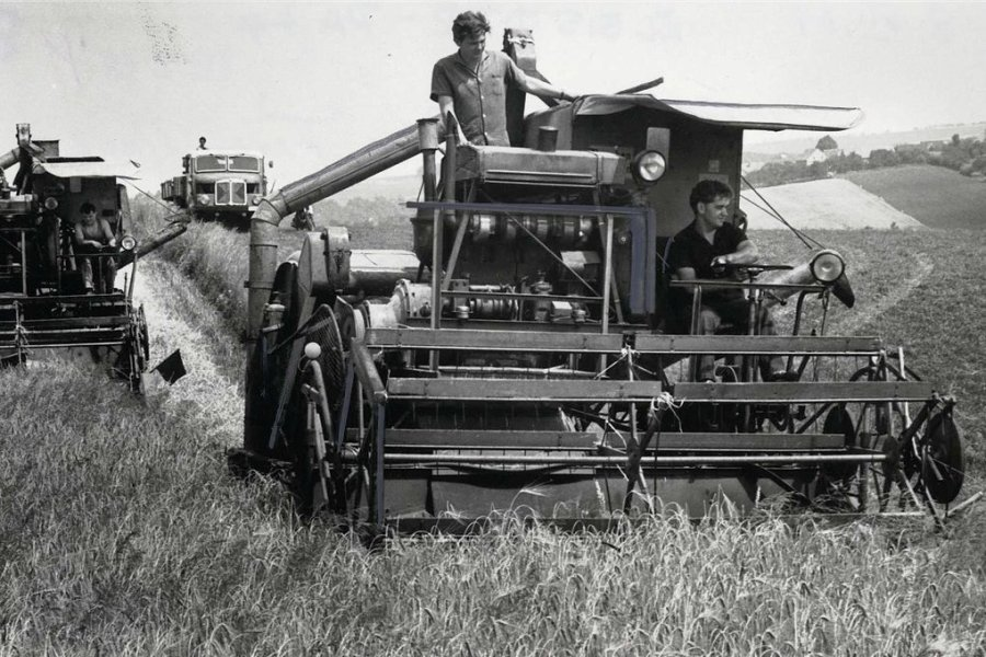 """Auch die Bauern der LPG """"Freier Bauer"""" Zettlitz ziehen im Sommer 1962 in die Ernteschlacht."""