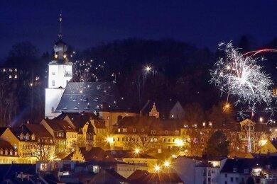 So wie hier in Hohenstein-Ernstthal wurde überall das neue Jahr mit Raketen begrüßt. Aber den Bestimmungen im Zusammenhang mit dem Lockdown geschuldet, wurde viel weniger geknallt als gewohnt.