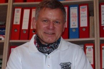 Frank Lämmerhirt inmitten seiner FSV-Ordner.