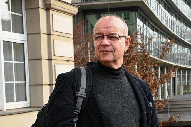 Seit einem Jahr beschäftigt er sich mit den Pandemiesorgen seiner Patienten: Der TU-Professor Stephan Mühlig, hier vor der Psychotherapeutischen Hochschulambulanz in der Zwickauer Straße.