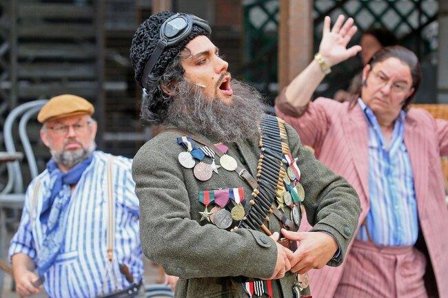 Sebastian Seitz (Mitte) gibt sein Rollendebüt als Belcore. Der aufschneiderische Offizier will die reiche Gutsbesitzerin Adina heiraten, in die auch der einfache, schüchterne Bauer Nemorino verliebt ist.