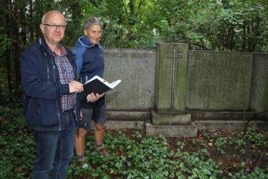 Uwe Horn und Kathleen Dittrich-Ueberfeld an der Grabanlage der Familie Stopp.
