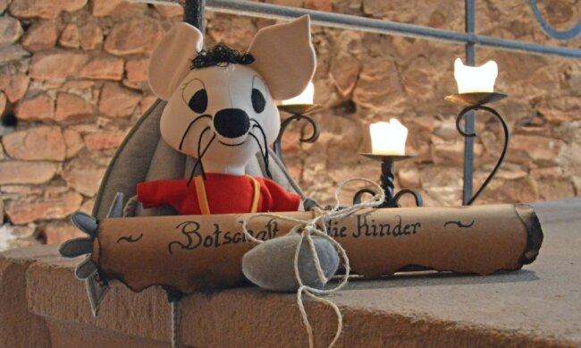 """Auf der Rochsburg können Kinder bei einer """"Schnipseljagd nach dem verschollenen Schatz"""" suchen. Es ist nicht leicht, denn das Schlossgespenst bewacht den Schlüssel zur Schatztruhe. Eduard die Fledermaus wird den Schatzsuchern helfen."""