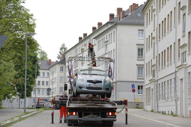 Das Ordnungsamt schleppt am Dienstagmorgen ein Auto im Sperrbereich an der Uferstraße ab.