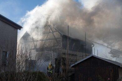 Die Flammen schlagen aus dem Dach, die Rauchwolke über Eppendorf ist weit zu sehen: Von Samstagmittag bis zum Abend haben die Wehren Eppendorf, Kleinhartmannsdorf und Großwaltersdorf gelöscht.