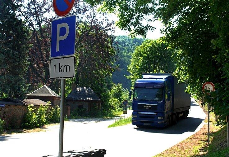 Trotz Verbotes ist am Montag dieser Lkw den steilen Burgberg hinab in den Ort gefahren. Gegen die unzumutbare Verkehrssituation in Kriebstein macht sich jetzt wieder die Bürgerinitiative stark.