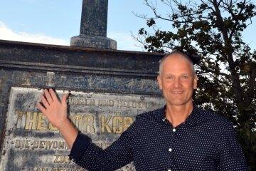 Der Altenhainer Ortschaftsrat Matthias Bergk setzte sich für die Sanierung des Denkmals ein. Hier ein Bild vor den Arbeiten.
