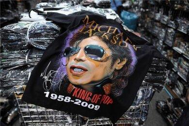"""Auch nach seinem Tod gibt es zahlreiche Fanartikel mit dem """"King of Pop"""" ."""