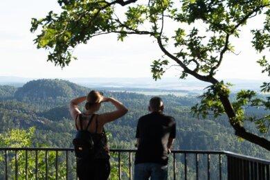 Touristen im Nationalpark Sächsische Schweiz auf dem Basteifelsen.