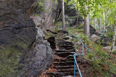 Die Natursteintreppen des Aufgangs zur Bastei in Thum sind in keinem guten Zustand. Auch das Geländer entspricht aktuellen Anforderungen nicht mehr. Deshalb ist der Aufstieg aktuell gesperrt.